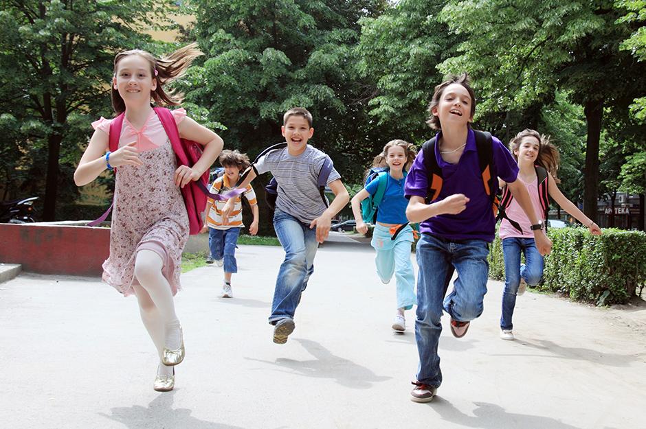 Rennende Schulkinder